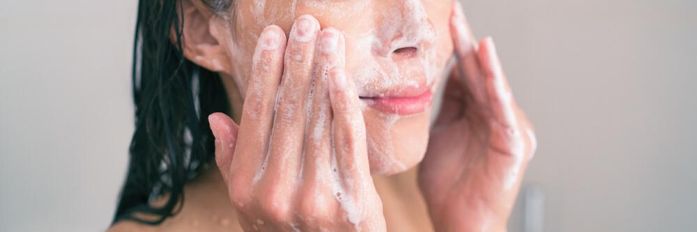 間違った洗顔方法②【洗顔料をよく泡立てずに洗う】