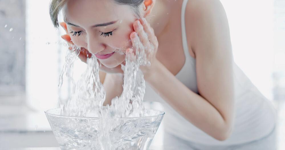正しい洗顔法④【ぬるま湯で十分にすすぐ】