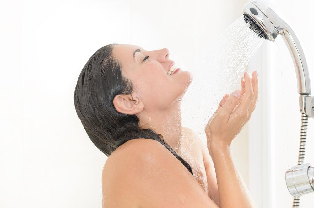 間違った洗顔方法⑤【シャワーの圧で洗い流す】